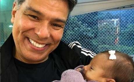Maurício Mattar com sua neta Esmeralda, nascida em 16 de abril de 2020