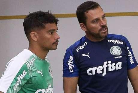 Maurício Copertino conversa com Gustavo Scarpa para ajustar posicionamento (Agência Palmeiras/Divulgação)