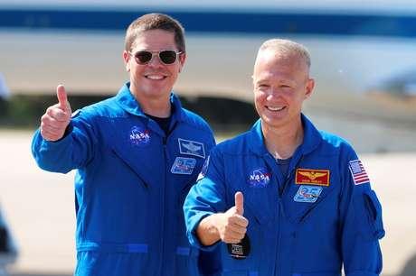 Bob Behnken (esq.) e Doug Hurley chegam à Flórida para se prepararem para o lançamento