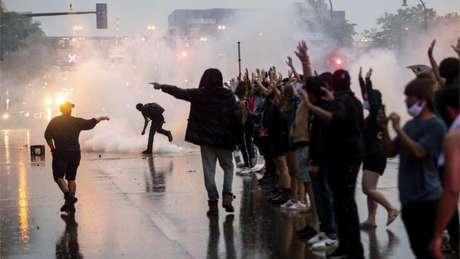 Polícia usou bombas de gás lacrimogênio contra manifestantes na terça-feira, em Minneapolis, que protestaram contra morte de George Floyd