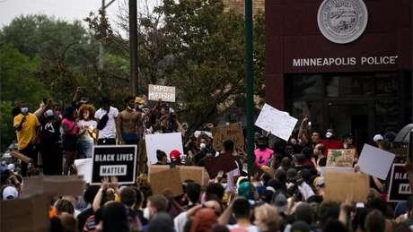 Manifestantes realizaram protesto na porta de delegacia de distrito em Minneapolis em que ocorreu morte de George Floyd