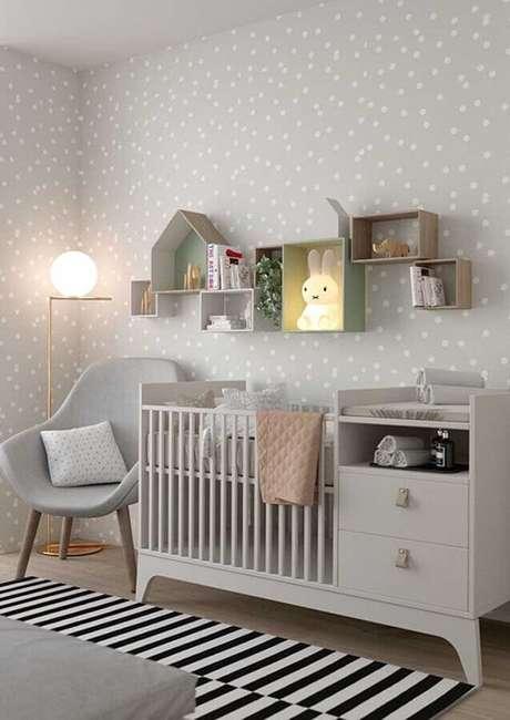 19. O papel de parede pode ser o grande diferencial na decoração de quarto simples e bonito – Foto: Pinterest