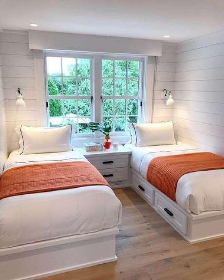 24. Decoração de quarto simples e bonito com duas camas – Foto: Casa Tres Chic