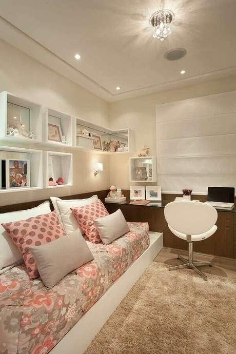 25. Decoração de quartos bonitos femininos com tapete felpudo e bancada de vidro – Foto: Webcomunica