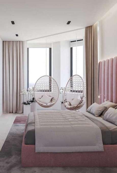 30. Decoração moderna para quarto de casal bonito com cadeira de balanço suspensa e cabeceira rosa estofada – Foto: My Desired Home