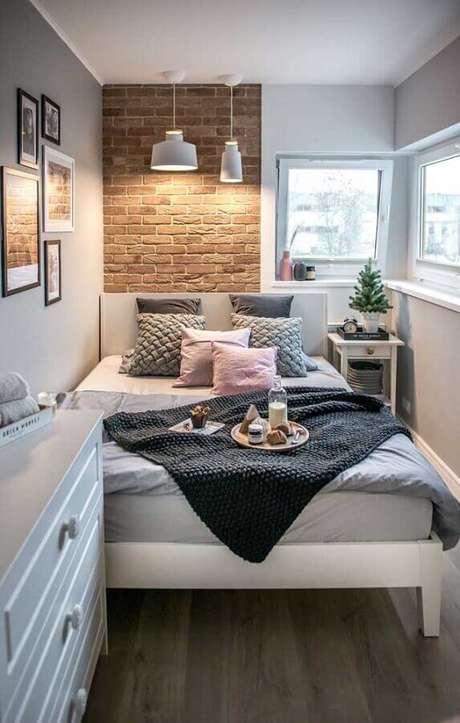31. Decoração para quarto de casal bonito e pequeno com parede de tijolinho à vista – Foto: Archilovers