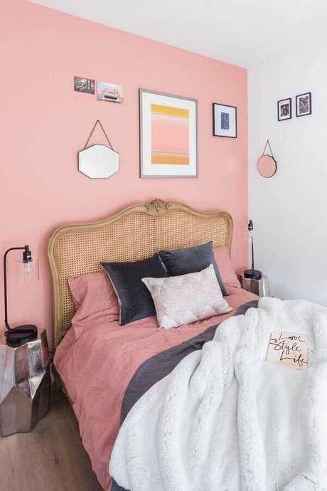 32. Decoração para quarto simples e bonito com cama de madeira e parede rosa – Foto: Pinterest