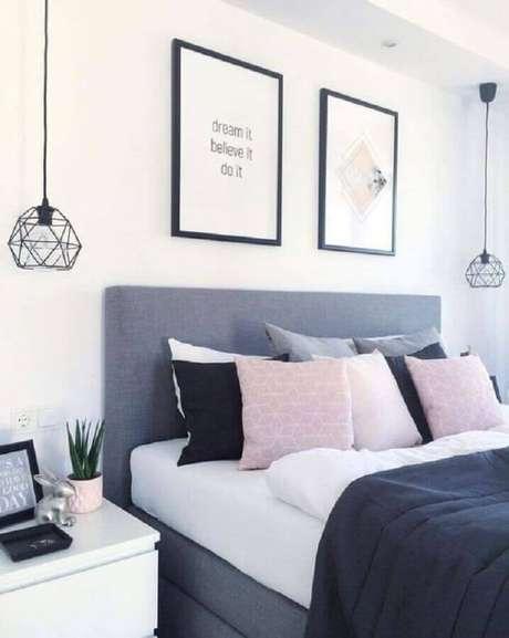 2. Quarto bonito e simples decorado com pendente aramado e várias almofadas – Foto: Pinterest