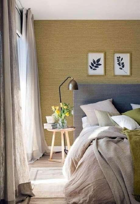 33. Decoração para quartos bonitos de casal com cabeceira cinza e mesa lateral de madeira – Foto: Simples Decoração