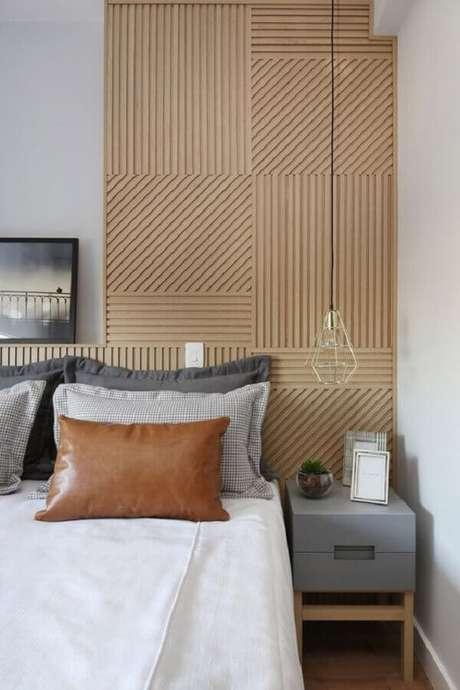 34. Decoração quarto de casal bonito moderno com revestimento de madeira para parede – Foto: Pinterest