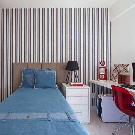 14. Papel de parede listrado para decoração de quarto simples e bonito masculino com bancada de estudos – Foto: Pinterest
