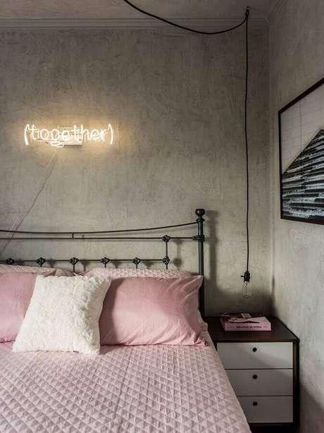 41. Parede de cimento queimado e cama de ferro para decoração de quarto de casal simples e bonito – Foto: Pinterest