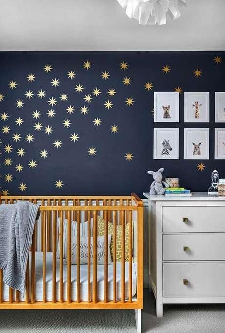 10. Quarto de bebê bonito decorado com estrelinhas douradas em parede azul marinho – Foto: Home Fashion Trend