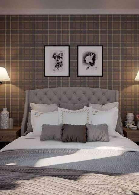 48. Quarto de casal bonito decorado com papel de parede xadrez e cabeceira capitonê cinza – Foto: Pinterest