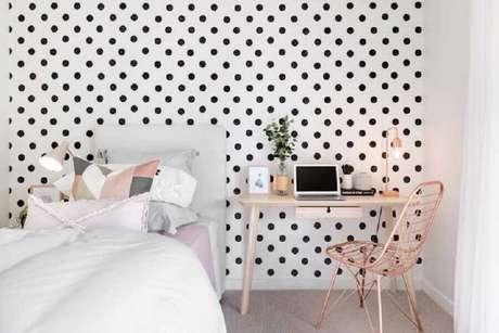 51. Quarto simples e bonito decorado com papel de parede de bolinhas pretas – Foto: Pinterest