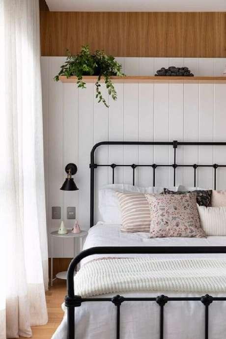 53. Camas de ferros são super charmosas e dão um ar especial na decoração de quartos bonitos – Foto: Casa Vogue