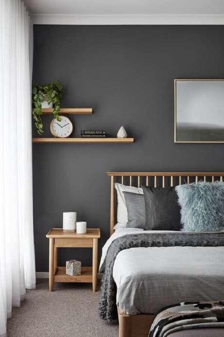 58. Parede cinza para quarto de casal simples e bonito decorado com móveis de madeira – Foto: Decoholic