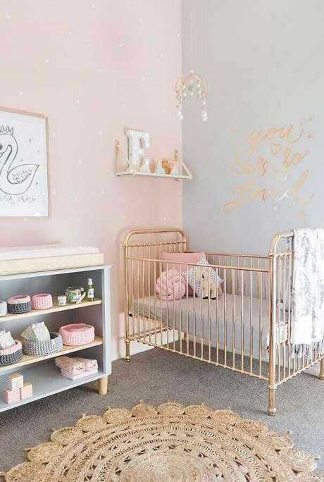 63. Tons pastéis e berço de ferro com acabamento rose gold para decoração de quarto de bebê simples e bonito – Foto: Ideias Decor