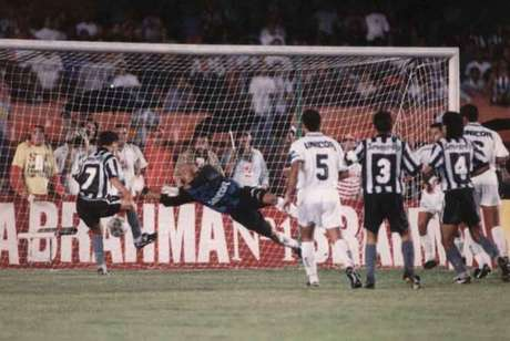 Em dezembro de 1995, Botafogo empatou com o Santos por 1 a 1 e conquistou o título do Campeonato Brasileiro de 1995 (Foto: Reprodução)