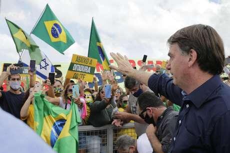 Bolsonaro cumprimenta apoiadores em Brasília