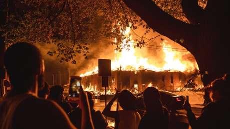Houve vários pontos de incêndio durante noite de protestos