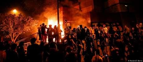 Delegacia foi incendiada em Minneapolis