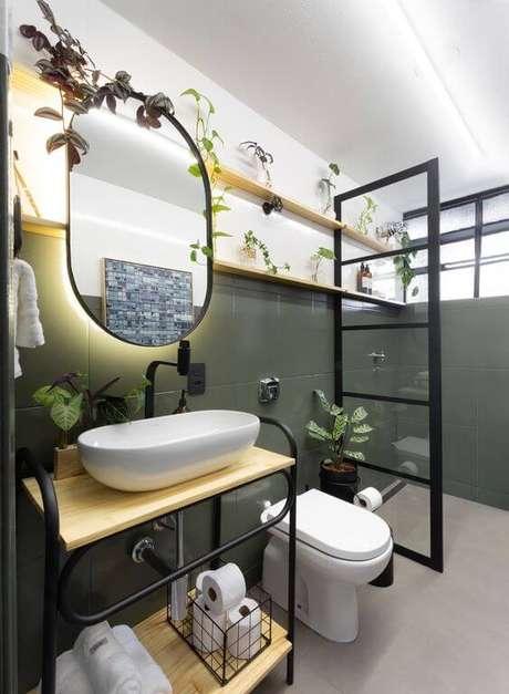 44. Banheiro com móveis de madeira – Via: Pinterest