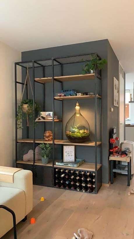 50. Estante de ferro na sala de estar com plantas – Via: Pinteest