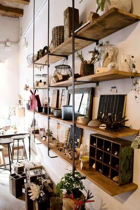 54. Móveis de ferro e madeira na sala moderna – Via: Artesanl