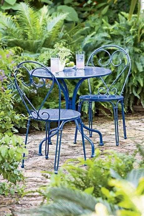 55. Móveis de ferro azul para jardim – Via: Pinterest