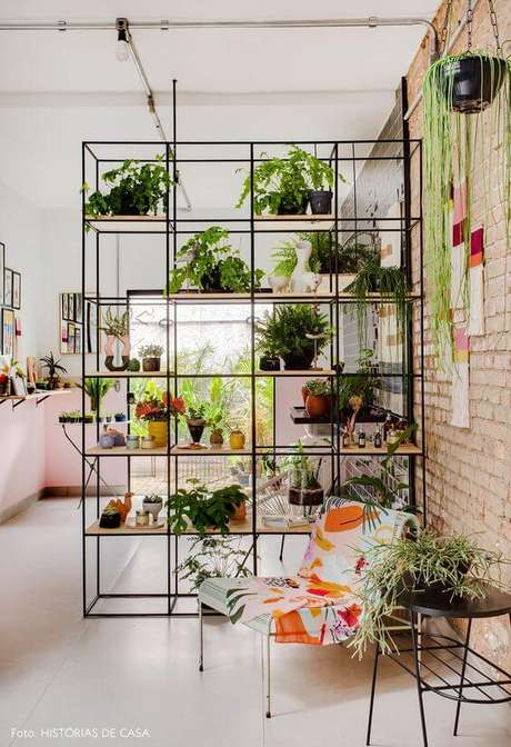 1. Decoração com móveis de ferro e madeira na sala de estar – Via:Historias de casa
