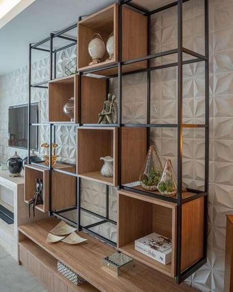 13. Móveis de ferro e madeira no painel da sala de estar – Via: Pinterest