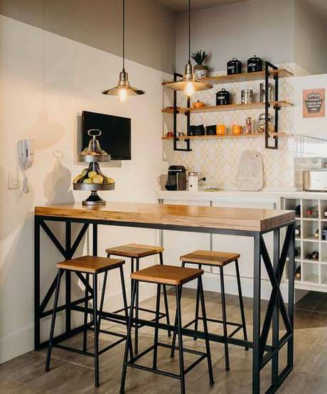 15. Cozinha com móveis de ferro na bancada e banquetas combinando – Via: Pinterest