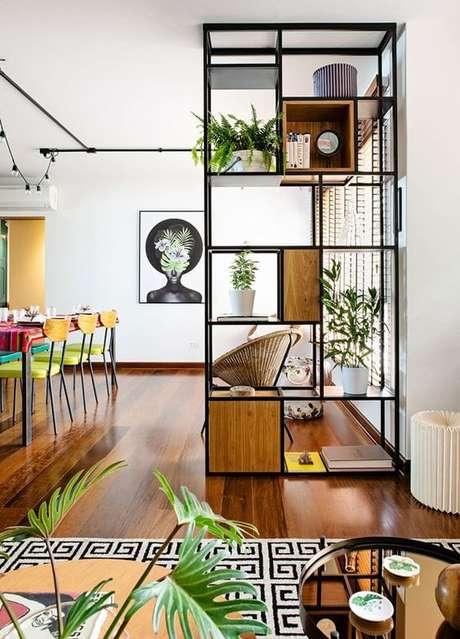 4. Não tem espaço no jardim? Então aposte na estante de ferro na sala e decore com plantas – Via: Pinterest