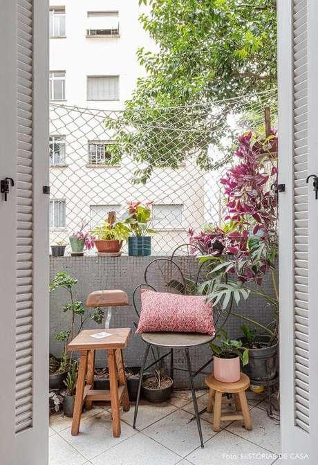 23. Móveis de ferro artesanal na varanda de casa pequena – Via: Histórias de Casa
