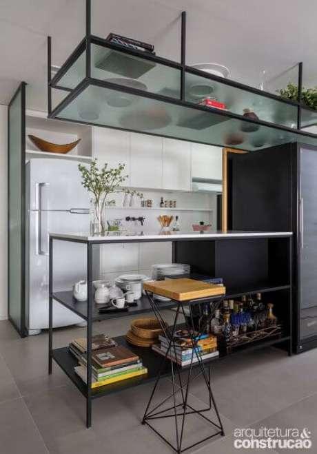 25. Móveis de ferro para cozinha com armário branco – Via:Arquitetura e Construção