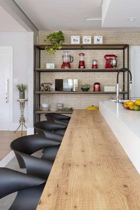 29. Móveis de ferro com madeira são práticos para a cozinha – Via: Pinterest