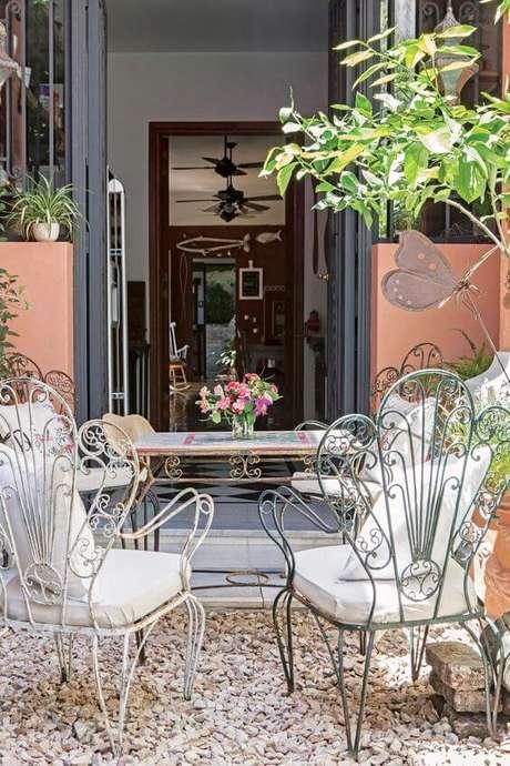 33. Móveis de ferro envelhecido para varanda com almofada confortável – Via: Pinterest