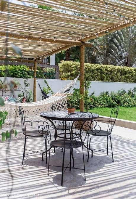 2. Móveis de ferro para varanda aconchegante – Via: Historias de Casa