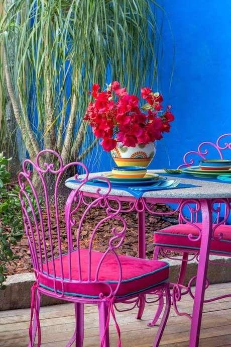 3. O jardim também pode contar com lindos móveis de ferro em tons vibrantes – Via: Pinterest