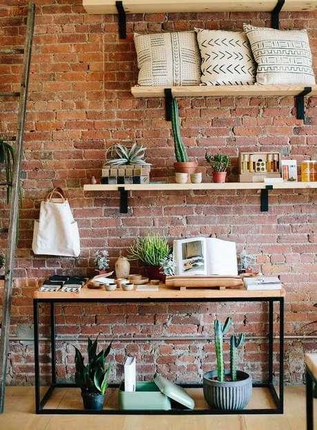 6. Móveis de ferro e madeira na sala de estar estilo industrial – Via: Pinterest