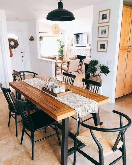 41. Sala de jantar com móveis de ferro e cadeira de madeira – Via: Pinterest