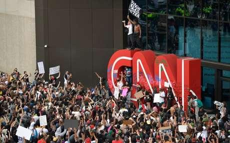 Prédio do canal foi cercado por centenas de pessoas em fúria