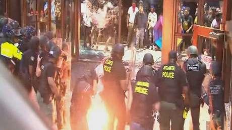 Policiais foram atacados ao impedir os manifestantes de entrar na emissora