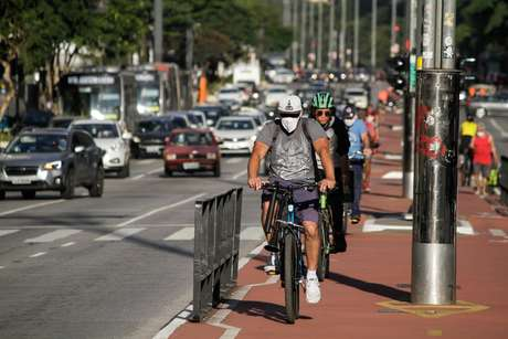 Movimentação de pedestres, usando máscaras de proteção facial na avenida Paulista, região central de São Paulo