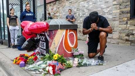 Manifestantes fizeram um memorial para George Floyd em Minneapolis, Minnesota, nos EUA