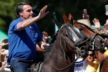 Bolsonaro monta num cavalo durante ato a favor do governo em Brasília  31/5/2020 REUTERS/Ueslei Marcelino