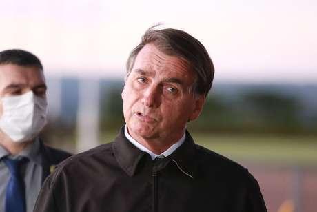 Bolsonaro vai a manifestação e cumprimenta apoiadores montado em cavalo