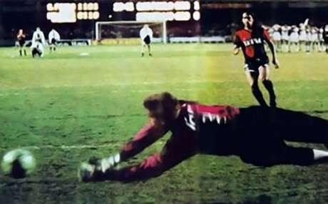 Zetti defende pênalti de Gamboa: herói do título tricolor (Foto: Divulgação/SPFC)