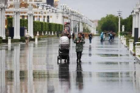 Pessoas caminham em primeiro dia de reabertura após lockdown em Moscou 01/06/2020 REUTERS/Maxim Shemetov